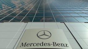 Panneau de Signage avec le logo de Mercedes-Benz Façade moderne d'immeuble de bureaux Rendu 3D éditorial Photo libre de droits