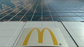 Panneau de Signage avec le logo du ` s de McDonald Façade moderne d'immeuble de bureaux Rendu 3D éditorial Photo stock