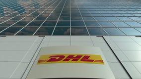 Panneau de Signage avec le logo exprès de DHL Façade moderne d'immeuble de bureaux Rendu 3D éditorial Images stock