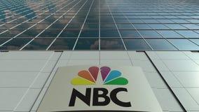 Panneau de Signage avec le logo national de NBC de société de radiodiffusion Façade moderne d'immeuble de bureaux Rendu 3D éditor Image libre de droits