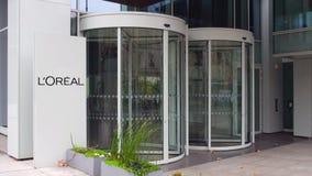 Panneau de signage de rue avec L logo d'Oreal de ` Immeuble de bureaux moderne Rendu 3D éditorial Photo stock