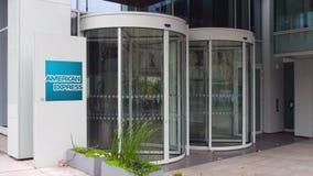 Panneau de signage de rue avec le logo d'American Express Immeuble de bureaux moderne Rendu 3D éditorial Photos stock