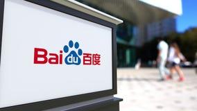 Panneau de signage de rue avec le logo de Baidu Centre brouillé de bureau et fond de marche de personnes Rendu 3D éditorial Photo stock