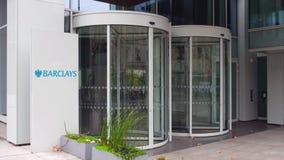 Panneau de signage de rue avec le logo de Barclays Immeuble de bureaux moderne Rendu 3D éditorial Photos libres de droits