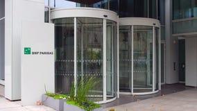 Panneau de signage de rue avec le logo de BNP Paribas Immeuble de bureaux moderne Rendu 3D éditorial Image libre de droits