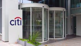 Panneau de signage de rue avec le logo de Citigroup Immeuble de bureaux moderne Rendu 3D éditorial Photographie stock