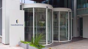 Panneau de signage de rue avec le logo de groupe d'UnitedHealth Immeuble de bureaux moderne Rendu 3D éditorial Image libre de droits