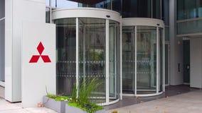 Panneau de signage de rue avec le logo de Mitsubishi Immeuble de bureaux moderne Rendu 3D éditorial Photographie stock libre de droits