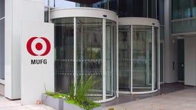 Panneau de signage de rue avec le logo de MUFG Immeuble de bureaux moderne Rendu 3D éditorial Photos libres de droits
