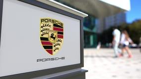 Panneau de signage de rue avec le logo de Porsche Centre brouillé de bureau et fond de marche de personnes Rendu 3D éditorial Image libre de droits