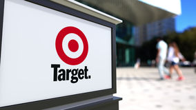 Panneau de signage de rue avec le logo de Target Corporation Centre brouillé de bureau et fond de marche de personnes 3D éditoria Photo libre de droits