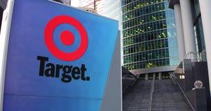 Panneau de signage de rue avec le logo de Target Corporation Gratte-ciel de centre de bureau et fond modernes d'escaliers 4K édit clips vidéos