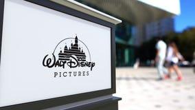 Panneau de signage de rue avec le logo de Walt Disney Pictures Centre brouillé de bureau et fond de marche de personnes 3D éditor Photos stock