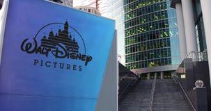 Panneau de signage de rue avec le logo de Walt Disney Pictures Gratte-ciel de centre de bureau et fond modernes d'escaliers 3D éd Images libres de droits
