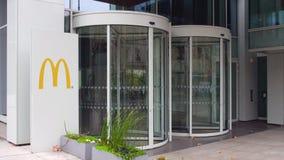 Panneau de signage de rue avec le logo du ` s de McDonald Immeuble de bureaux moderne Rendu 3D éditorial Photographie stock libre de droits