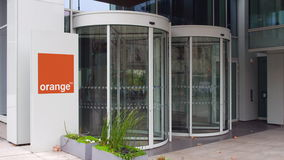 Panneau de signage de rue avec S orange a logo Immeuble de bureaux moderne Rendu 3D éditorial Photos libres de droits
