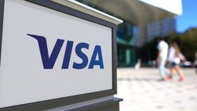 Panneau de signage de rue avec Visa Inc logo Centre brouillé de bureau et fond de marche de personnes Rendu 3D éditorial Photographie stock