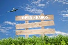 Panneau de signe et avion en bois de passager avec l'herbe verte, bleue Images stock