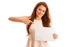 Panneau de signe Femme tenant la grande carte vierge blanche Émotion positive Images stock
