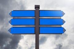 Panneau de signe pour le message textuel ou promotionnel vide sur le ciel Photographie stock