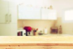 Panneau de table vide et rétro fond blanc defocused de cuisine Image stock