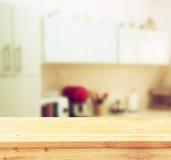 Panneau de table vide et rétro fond blanc defocused de cuisine Image libre de droits