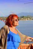 Panneau de touristes de bateau de femme mûre Photographie stock