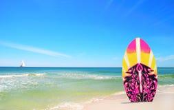 Panneau de vague déferlante rose et jaune à la plage Photo libre de droits