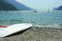 Panneau de vague déferlante sur la côte de Garda Photos libres de droits