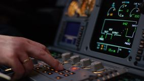 Panneau des commutateurs sur un poste de pilotage d'avions Élément de contrôle pilote automatique d'une avion de ligne Le pilote  banque de vidéos