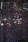 Panneau en bois affligé avec des coupures de journal déchirées brûlées Photographie stock libre de droits