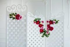 Panneau en bois décoratif sensible blanc dans l'intérieur classique Pièce de mariage de boudoir Rétro écran se pliant avec des fl Photographie stock libre de droits