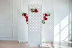 Panneau en bois décoratif sensible blanc dans l'intérieur classique Pièce de mariage de boudoir Rétro écran se pliant avec des fl Photographie stock