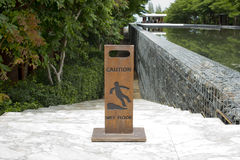 Panneau en bois de signe de plancher humide de précaution Images stock