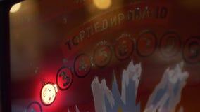 Panneau en verre orange de machine à sous avec des symboles, des mots et des chiffres de clignotant banque de vidéos