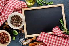 Panneau et épices de craie noirs photo libre de droits