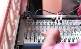 Panneau et plaques tournantes de mélange du DJ Images libres de droits