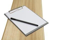 Panneau et stylo d'agrafe sur le bois Images stock