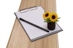 Panneau et stylo d'agrafe sur le bois avec la fleur Photographie stock