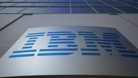 Panneau extérieur de signage avec le logo d'IBM Immeuble de bureaux moderne Rendu 3D éditorial Photos stock