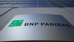 Panneau extérieur de signage avec le logo de BNP Paribas Immeuble de bureaux moderne Rendu 3D éditorial Photo stock