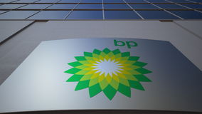 Panneau extérieur de signage avec le logo de BP Immeuble de bureaux moderne Rendu 3D éditorial Images stock