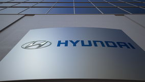 Panneau extérieur de signage avec le logo de Hyundai Motor Company Immeuble de bureaux moderne Rendu 3D éditorial Images libres de droits