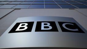 Panneau extérieur de signage avec le logo de la société de radiodiffusion britannique BBC Immeuble de bureaux moderne Rendu 3D éd Image libre de droits