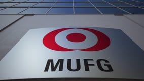 Panneau extérieur de signage avec le logo de MUFG Immeuble de bureaux moderne Rendu 3D éditorial Images libres de droits