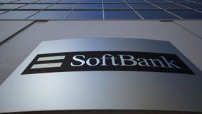 Panneau extérieur de signage avec le logo de Softbank Immeuble de bureaux moderne Rendu 3D éditorial Image libre de droits