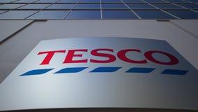 Panneau extérieur de signage avec le logo de Tesco Immeuble de bureaux moderne Rendu 3D éditorial Images libres de droits
