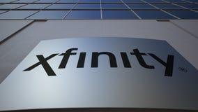 Panneau extérieur de signage avec le logo de Xfinity Immeuble de bureaux moderne Rendu 3D éditorial Photographie stock libre de droits