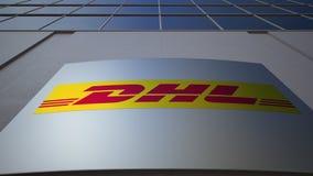 Panneau extérieur de signage avec le logo exprès de DHL Immeuble de bureaux moderne Rendu 3D éditorial Photos libres de droits