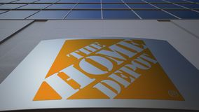 Panneau extérieur de signage avec le logo de Home Depot Immeuble de bureaux moderne Rendu 3D éditorial illustration stock
